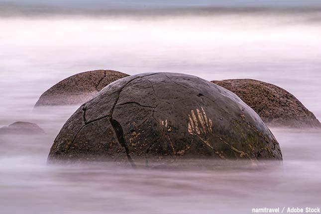モエラキボルダーズとは?人工物でもないのに丸い不思議な岩の正体!