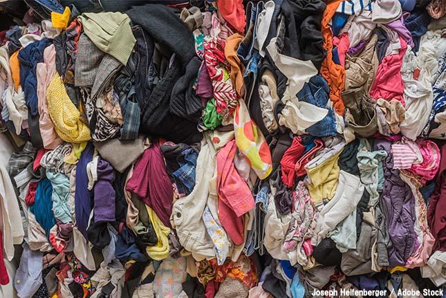 服を捨てられない!衣類処分のタイミングと捨て方