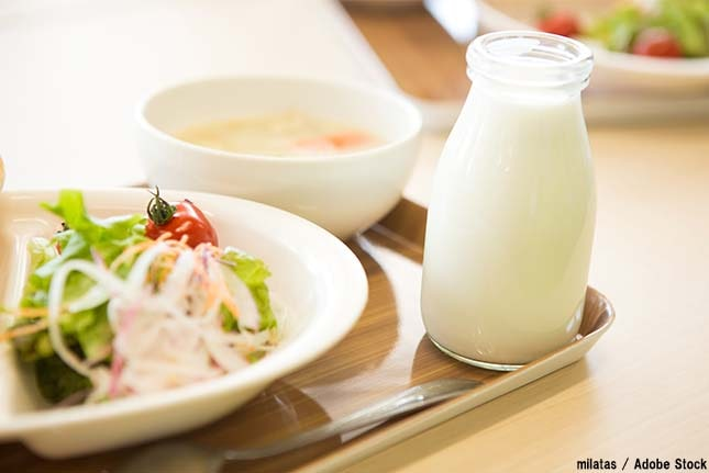 給食の食品ロスは年間一人あたり約17kg!食べ残される原因と対策