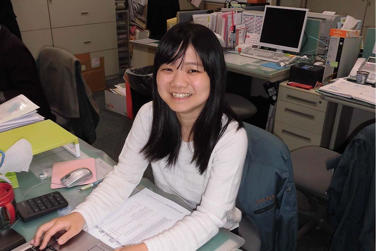 環境産業の職場探訪③ 嶋田理紗さん(28歳)「世界がもし100人の村だったら」に衝撃を受けた