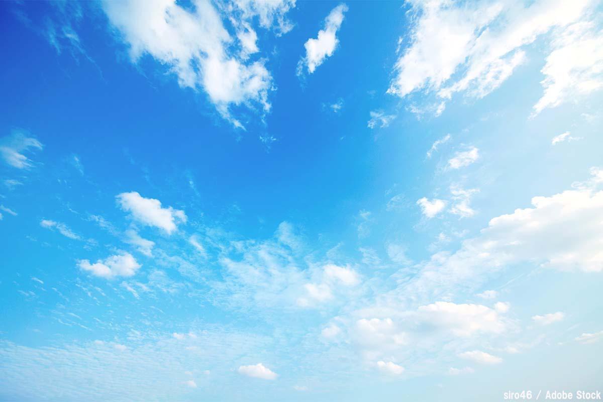 空の色はなぜ青いの?夕焼けや海の色の理由を解説!