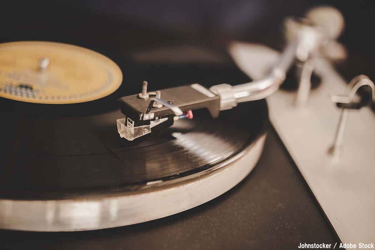 今も愛されるレコードの魅力とは?歴史と有名メーカーをご紹介