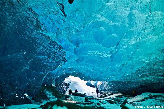 青く輝く氷の洞窟「ヴァトナヨークトル氷河」はなぜ誕生したのか