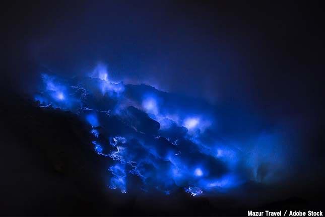 神秘的な青い炎を吐き出す火山「イジェン火山」とは?