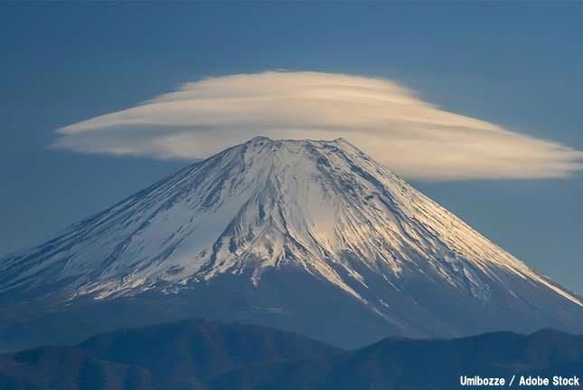 富士山の上に帽子のような雲が?不思議な笠雲・レンズ雲とは